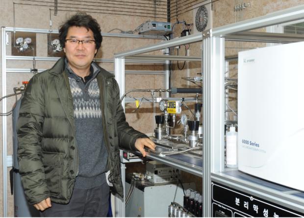 김정훈 연구원이 한국화학연구원에 있는 분리막 모듈 테스트 자동화 설비를 설명하고 있다. 이 테스트 설비에서 나온 실험결과를 토대로 실증 장비를 제작하고 운영한다.